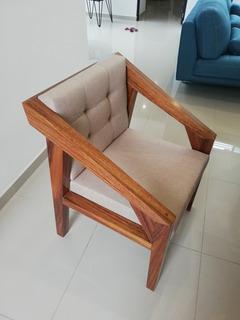 Silla De Madera De Parota, Con Tapizado Tono Claro