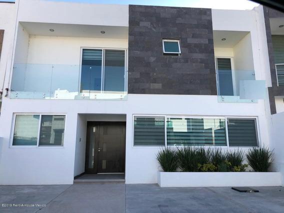 Casa En Renta En Cumbres Del Lago, Queretaro, Rah-mx-20-763