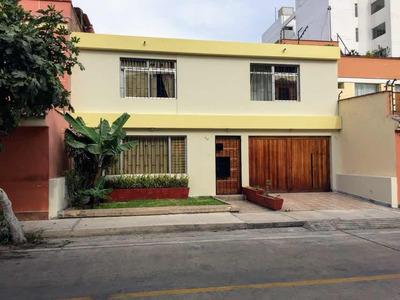 Linda Propiedad De 2 Pisos, Jardín, Amplia Cochera 3 Autos