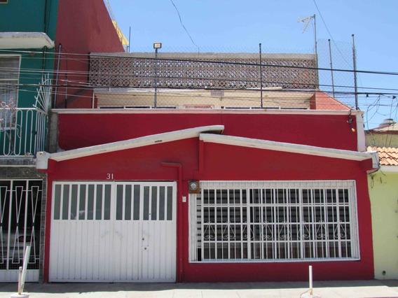 Casa Habitación De Dos Niveles.
