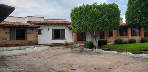 Imagen 1 de 14 de Casa De 1 Planta, Jardín Y Sala De Tv, Colinas Del Bosque. Venta
