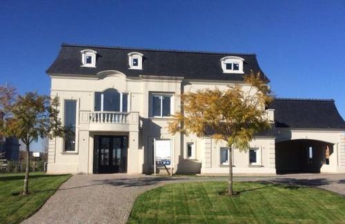 Imponente Casa Estilo Francés En Barrio El Golf
