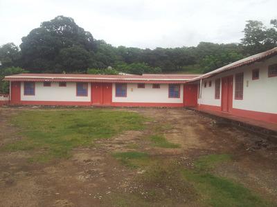 Propiedad Con Cabinas, 2 Casas, Parqueo Y Terreno Sin Usar.