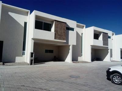 Estrena Hermosa Casa De Dos Niveles En Residencial Privado !!