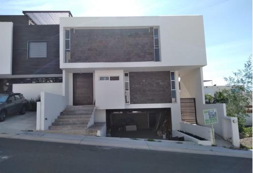 Imagen 1 de 10 de Casa En Venta Lomas De Juriquilla, Diseño Unicoy Especial!