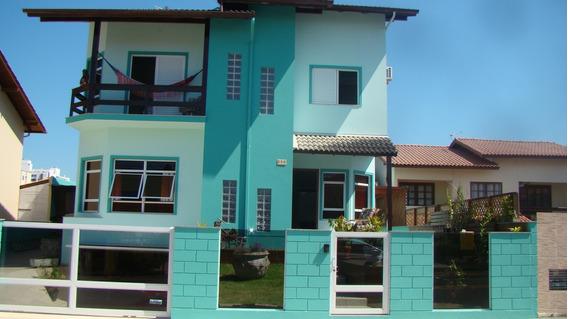 Casa Com Dois Pisos E Subsolo