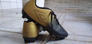 Chuteira Umbro + Camisa Polo Tommy Hilfiger + Caneleira Nike