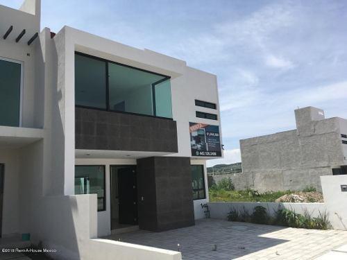 Casa En Venta En Canadas Del Arroyo, Corregidora, Rah-mx-19-1745