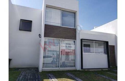 Rento Casa En Corregidora En Privada Con Alberca De Dos Recamaras En$ 7,000 Pesos Mensuales.