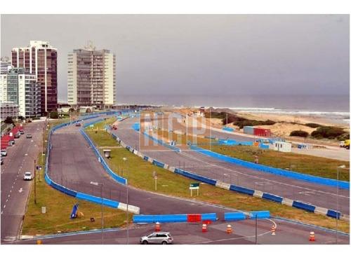 Departamento En Punta Del Este, Torre   Cuenta Con Todos Los Servicios.-ref:6084