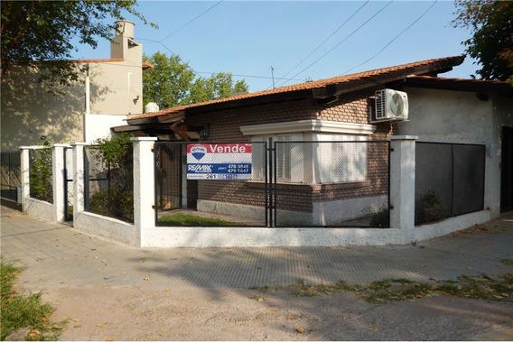 Casa B° Bancario Esquina Chacabuco Y Tacuarí