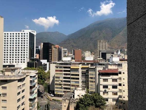 Oficina A La Salida Del Metro En Altamira, Gran Oportunidad.