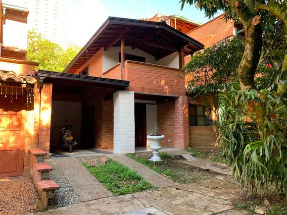 Casa De Dos Pisos, 3 Baños , Parqueadero Y Balcón, Portería