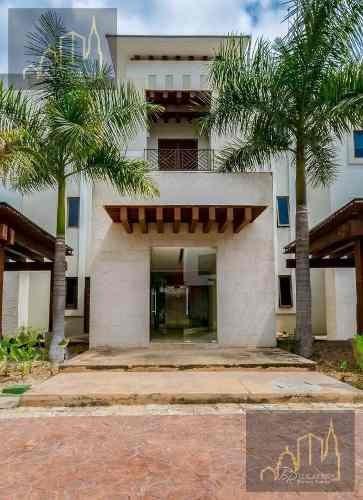 Villa En Venta Italiana Yucatan Country Club, Coronada Por Un Gran Lago Central