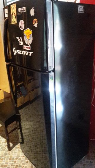 Refrigeradora Indurama. Color Negro