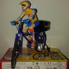 Ciclista, Boneca Na Bicicleta E Capitão America Promoção
