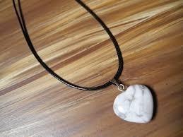 Colar Pedra Natural Howlita Branca Coração Cordão Preto.