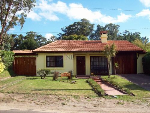 Comoda Casa Con Jardin Y Piscina - Ref: 7064