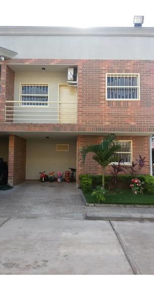 Casa Tipo Townhouse Urbanización Los Lirios