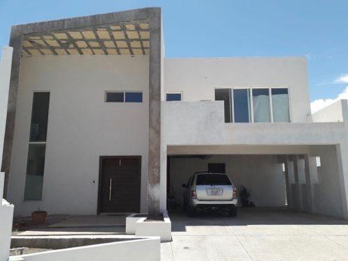 Hermosa Residencia Con Espacios Muy Amplios Y Gran Altura En Techos.