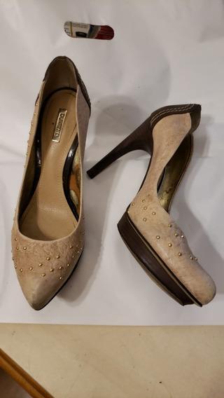 Sapato Fechado Com Salto Alto Cor Bege E Pingentes Dourado