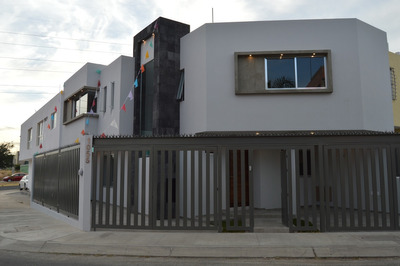 Residencia En Esquina Con 3 Recámaras, 4 Baños Y 3 Cocheras