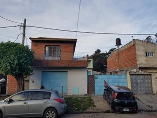 Galpón Con Dos Viviendas Y Local En Villa Luzuriaga