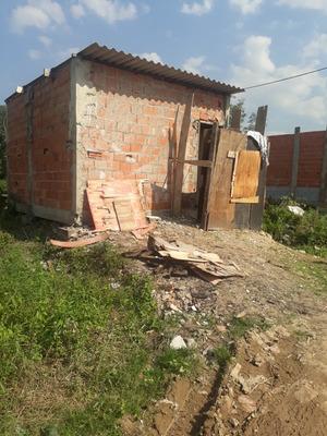Casa Com Um Quarto E Cozinha E Um Banheiro Terreno