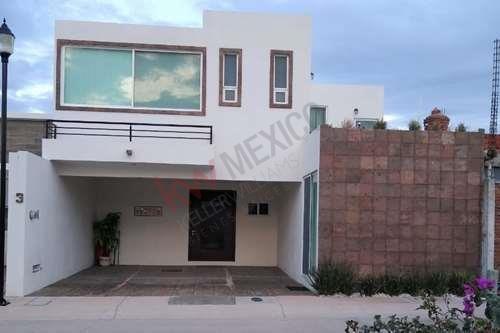 Hermosa Casa En Renta Totalmente Amueblada Con Excelente Ubicacion, En Condominio La Querencia