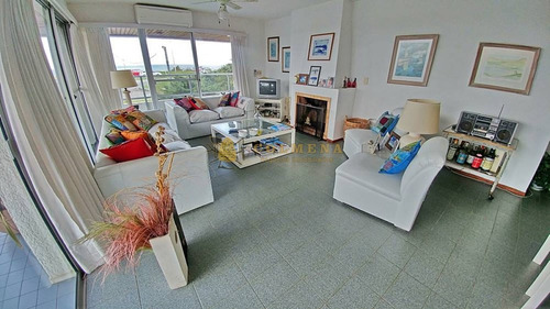 Apartamento En Muy Buena Ubicacion Frente Playa Mansa, De 4 Dor, Con Balcon Con Parrillero. Consulte!!!!!!!!- Ref: 2182