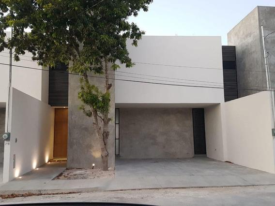Casa En Venta En Merida, Cerca De Macroplaza, Es De Dos Habits Y Piscina