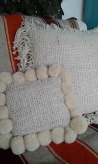 Almohadón Natural Tejido En Telar Con Pompones 20x20cm