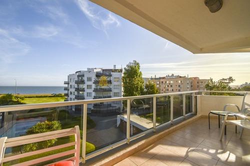 Excelente Apartamento De Tres Dormitorios Frente Al Mar - Punta Del Este- Ref: 3912