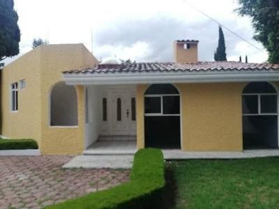 Renta De Casa En Calzada Zavaleta Con Amplio Jardín