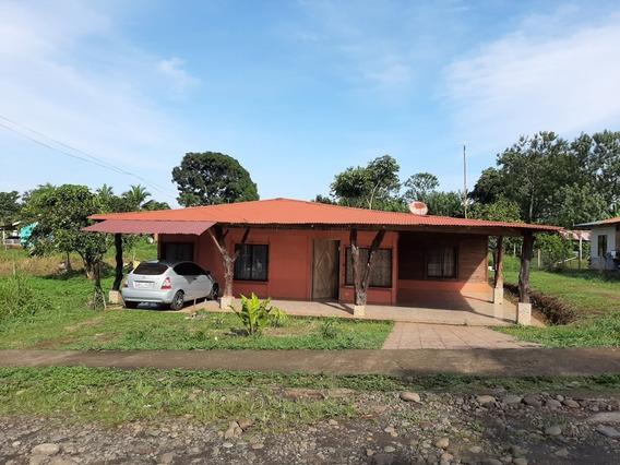 Casa De 4 Cuartos, Tres Baños Con Servicio, Sala .