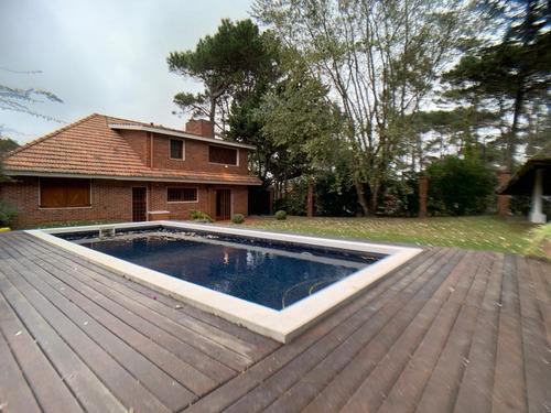 Casa En Punta Del Este Con 3 Dormitorios A 3 Cuadras Del Mar  Piscina