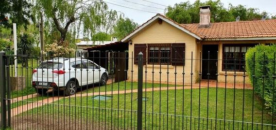 Casa De Tres Dormitorios, Jardín, Fondo Y Cochera