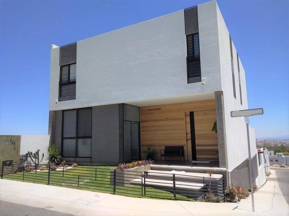 Casa En Venta En Lomas De Juriquilla En Esquina Con Alberca