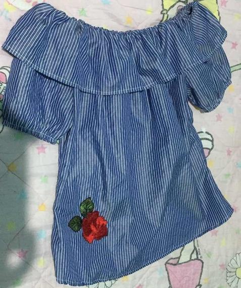 Blusa Azul Con Rayas Y Una Rosa En Una Esquina