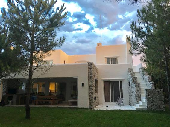 Casa Estilo Mediterráneo Muy Cómoda Con 5 Cuartos Y 5 Baños