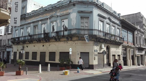 Amplio Local Esquina Proximo Al Mercado Del Puerto