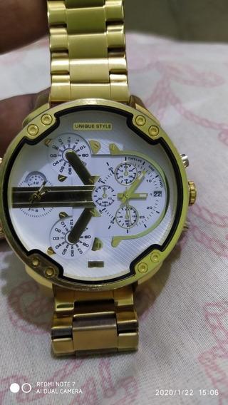 Relógio Cargany Dourado Com Fundo Branco