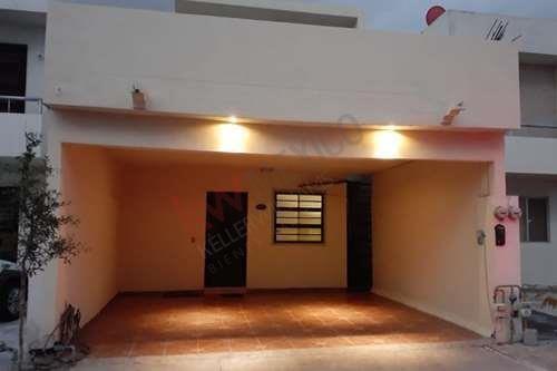 Casa Equipada En Venta En Las Hadas, Con Muy Buena Ubicacion En Sector Privado