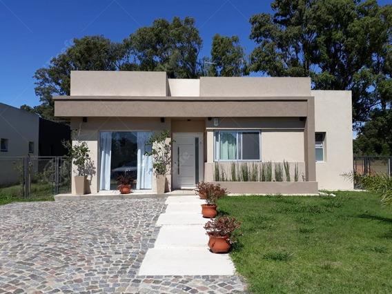 Casa En Venta De Una Planta Con Cuatro Ambientes Con Piscina