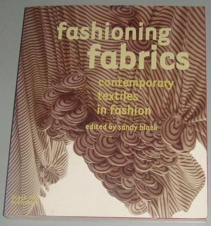 Moda -livro Fashioning Fabrics Contemporary Textiles Fashion