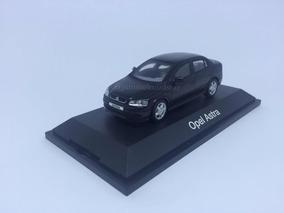 Miniatura Opel Astra Sedan - Minichamps - 1/43 - Preta.