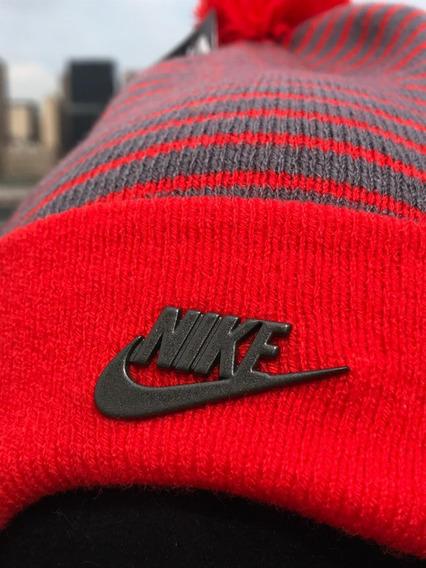 Gorro Nike Frio Pompon Removible Nsw Stripped Removable Pom Nja/gris Unisex Unit 925418 Logo Metalico