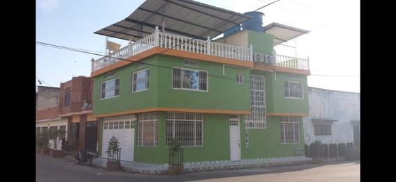 Casa De Dos Pisos Con Terraza