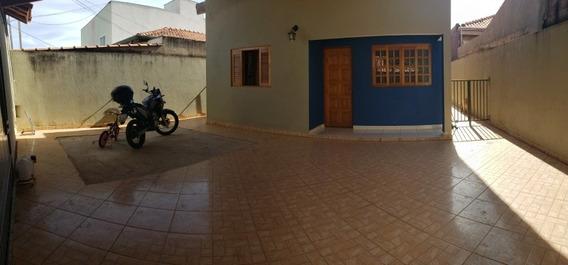 Casa Térrea Com 2 Quartos E 1 Suíte, Garagem Para 4 Carros