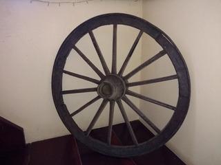 Roda De Carroça Antiga Em Madeira Antiga E Ferro Antigo